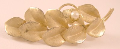 Vintage gold-tone leaf brooch / pin with simulated pearl